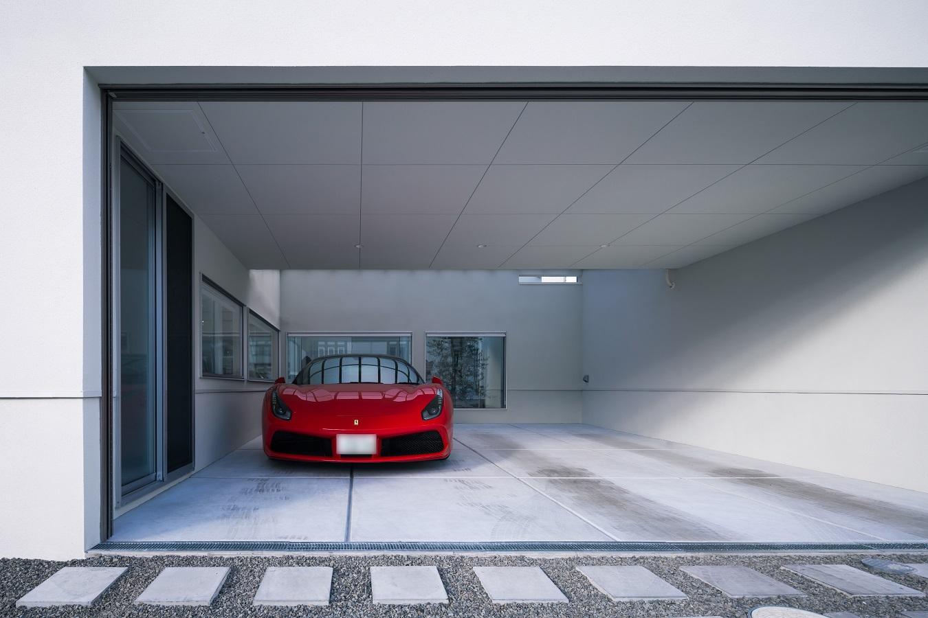 赤い車のある白い家