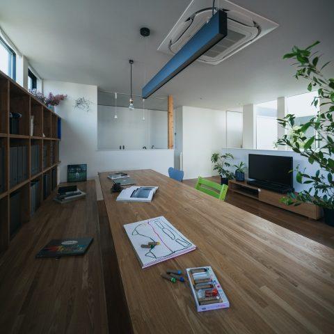 多目的に使える大きなテーブルのある家